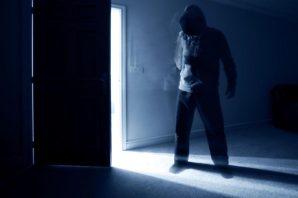 Mitten in der Nacht wurden ein Syrer und sein Sohn an ihrer Haustür attackiert. (Symbolbild)