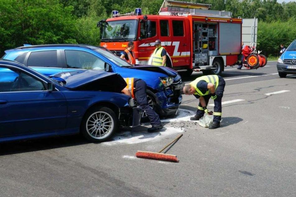 Feuerwehrleute untersuchen die Unfallstelle.