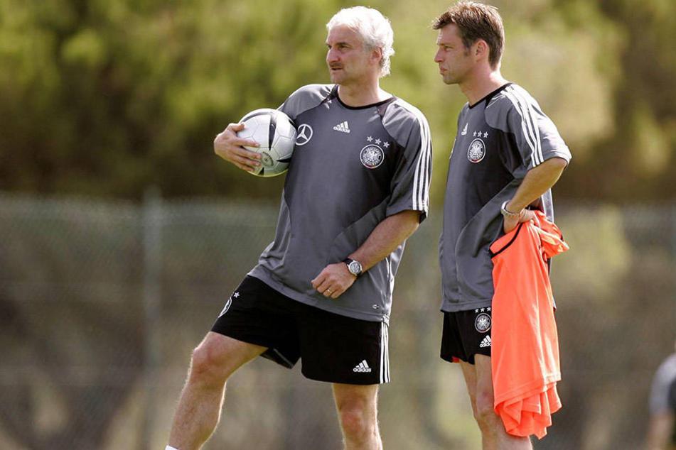 Zwölf Jahre nach Kaiser Franz feierte Rudi Völler (l.) als Teamchef beim DFB Erfolge. Er wurde Vizeweltmeister. Cheftrainer an seiner Seite war Michael Skibbe.