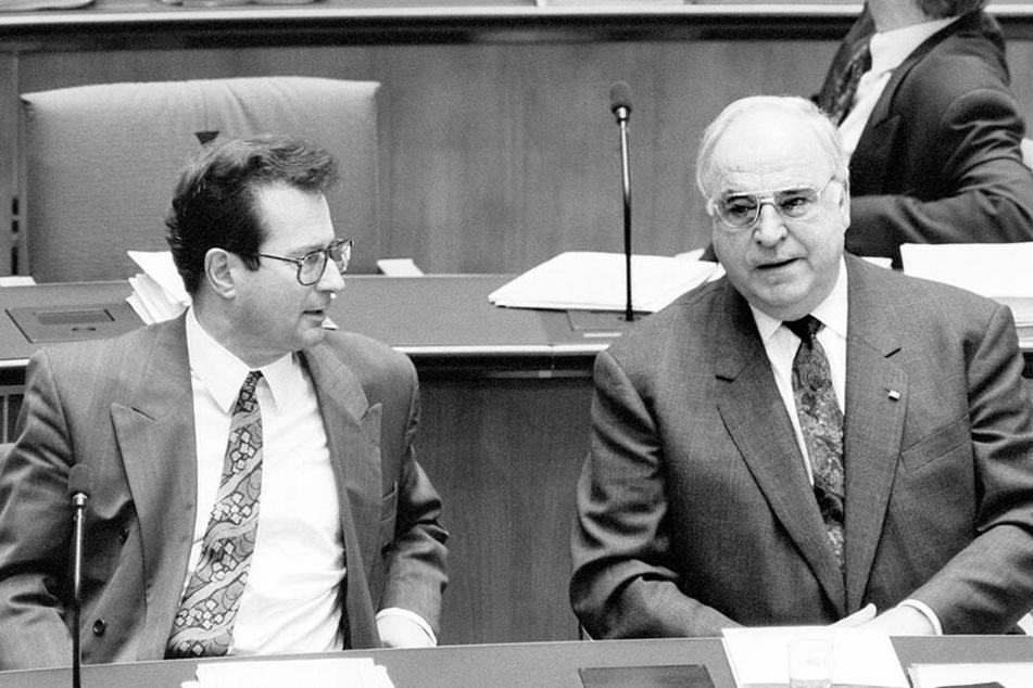 """Außenminister Klaus Kinkel (FDP) und Kanzler Helmut Kohl (CDU) """"erduldeten"""" die Rede."""