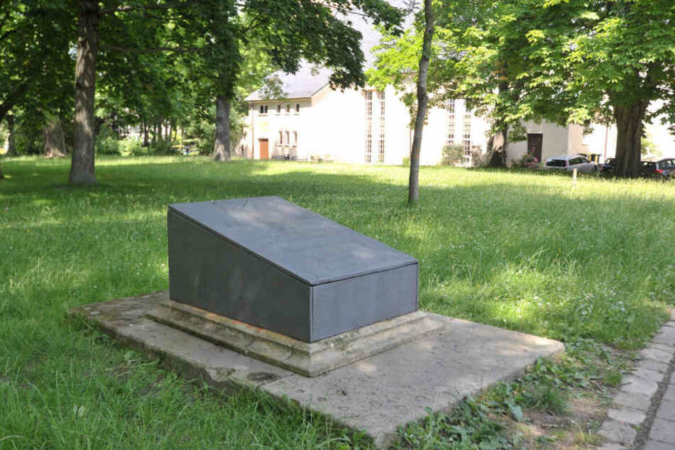 Monatelang war das Grab Christian Gottfried Beckers im Park der Opfer des Faschismus beschmiert. Jetzt hat die Stadt reagiert.