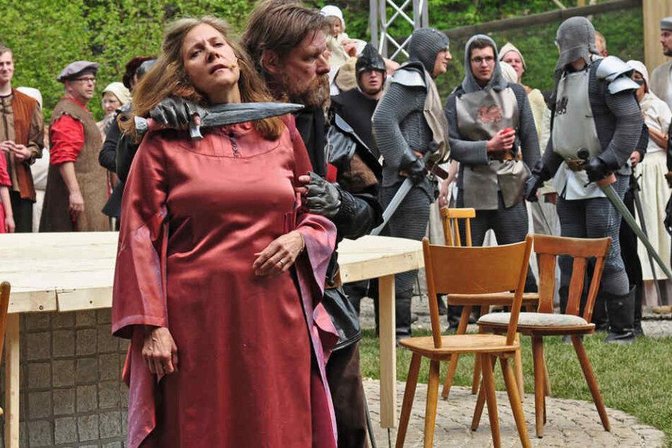 Julian Wartenberg (mit Schwert) in der Hauptrolle des jungen König Artus.