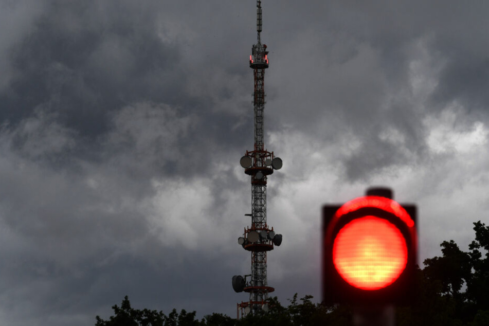 Dunkle Wolken ziehen am Sendeturm des Bayerischen Rundfunks in Freimann vorbei.