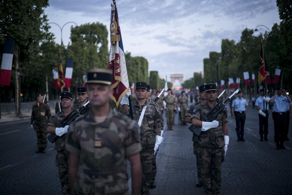 Am 14. Juli wird auf den Champs-Élysées stets die Militärparade abgehalten. In diesem Jahr fällt sie wegen Corona aus.
