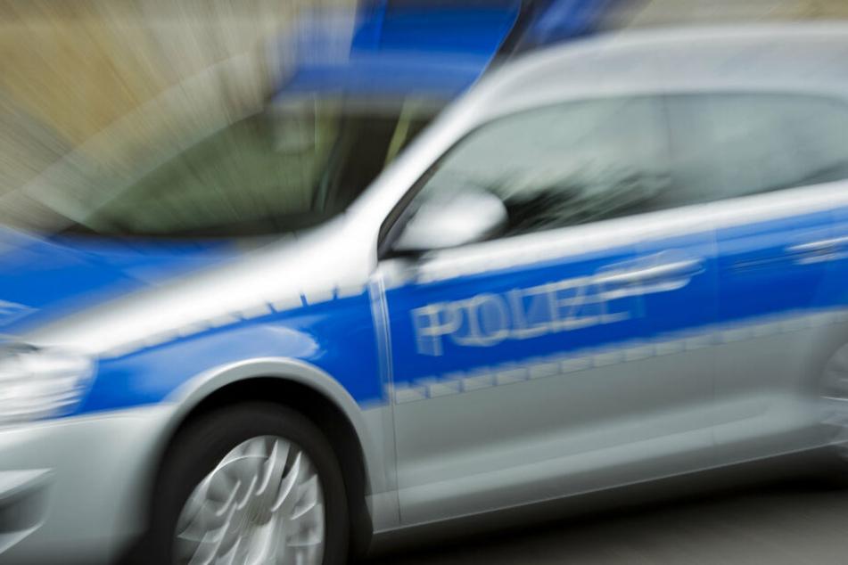 Die Polizei leitet den Verkehr an der Abfahrt Plauen-Ost von der Autobahn ab.