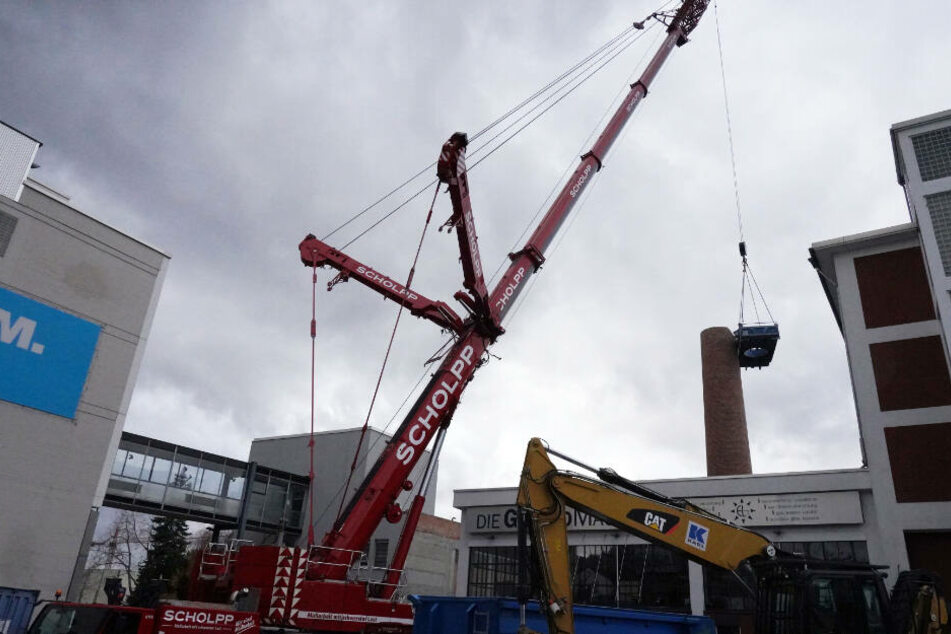 Für den Einsatz wurde extra ein 350-Tonnen-Spezialkran bestellt.