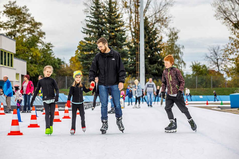 Papa Peter (34) nutzte Samstag die Gelegenheit und ging mit seinen Kindern Lils (11,re.), Lotta (8,l.) und Fine (5) Eislaufen.