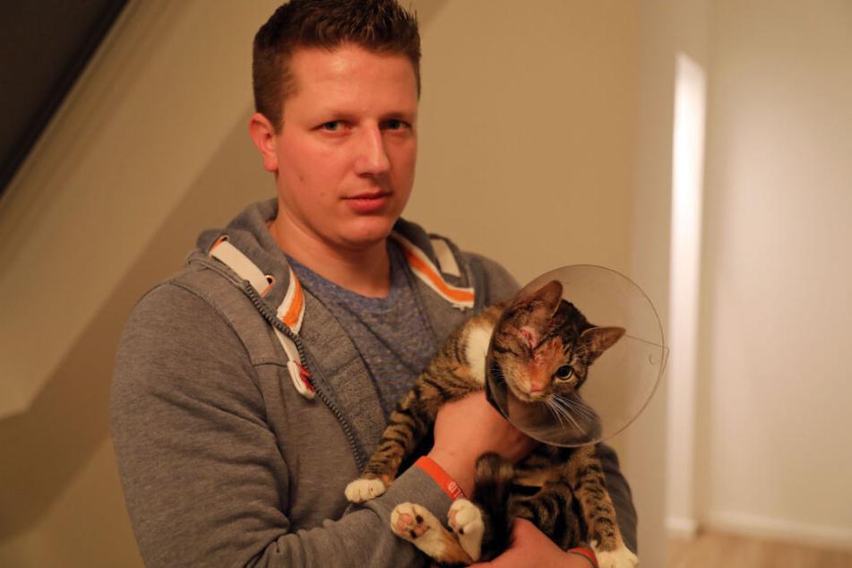 Steffen Tretropp hält Holly in seinen Armen.