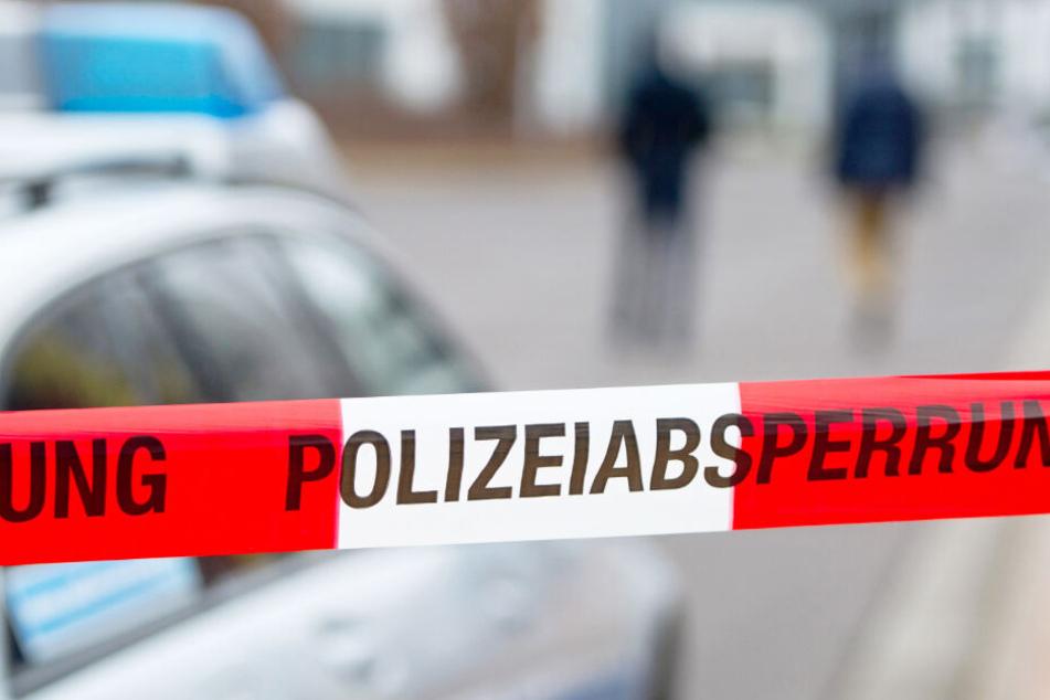 Ein Absperrband der Polizei sichert einen Tatort (Symbolbild).