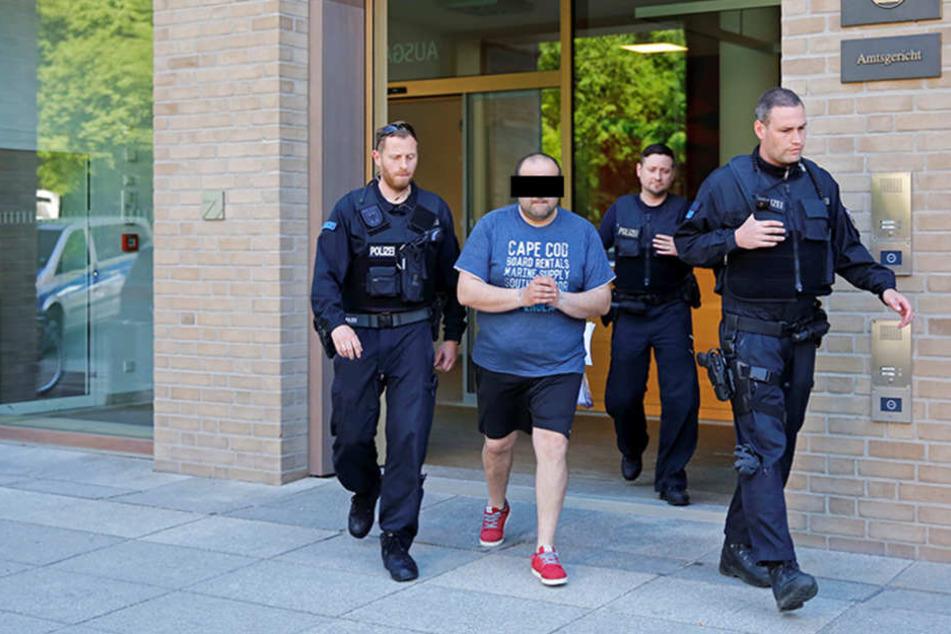 Ein georgischer Tatverdächtiger wird nach der Haftrichtervorführung in die U-Haft gebracht.