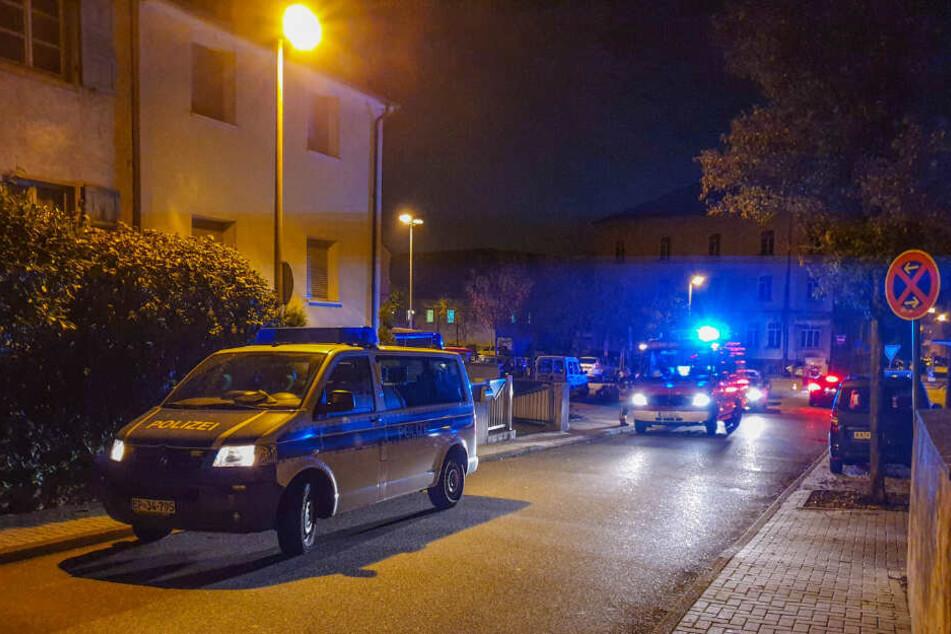 Einsatzkräfte der Polizei und Feuerwehr vor Ort.
