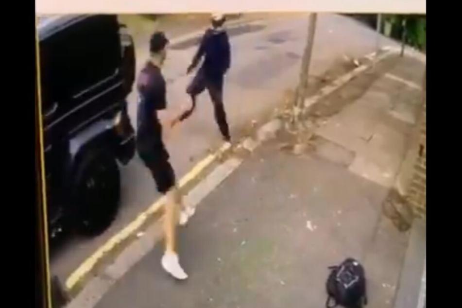 Sead Kolasinac (26) wehrt sich gegen den Angreifer.