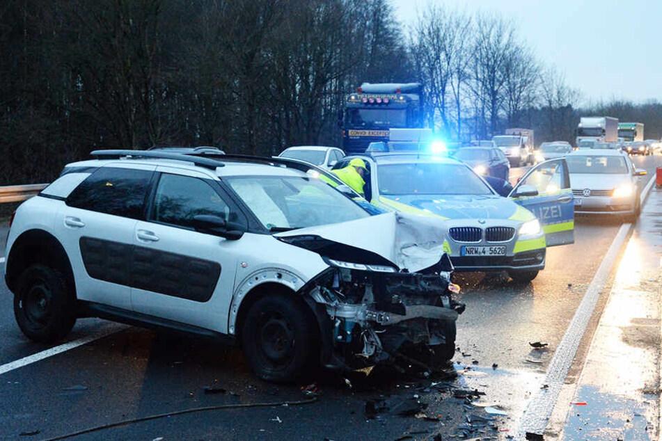 Der gesamte Schnauze des Citroën wurde eingedrückt.