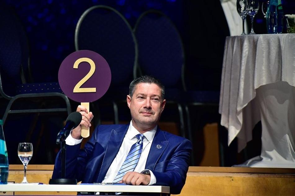 """Juror Joachim Llambi (53) bei seiner strengen Wertung. Hoffentlich sind für Jane und Jörg mehr als nur zwei Punkte drin. """"Star Dance""""-Tickets gibt's übrigens ab 42 Euro."""