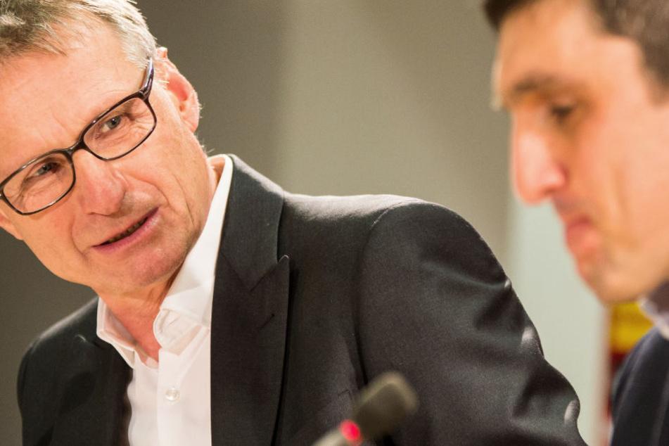 VfB-Sportvorstand Michael Reschke (l.) gibt seinem Trainer Tayfun Korkut (r.) erneut Rückendeckung.