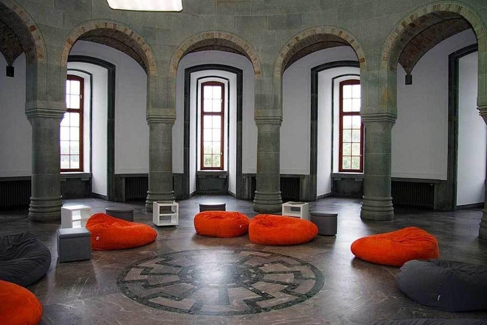 In der Wewelsburg (Paderborn) ist um so genannten Obergruppenführersaal eine schwarze Sonne in den Boden eingelassen.