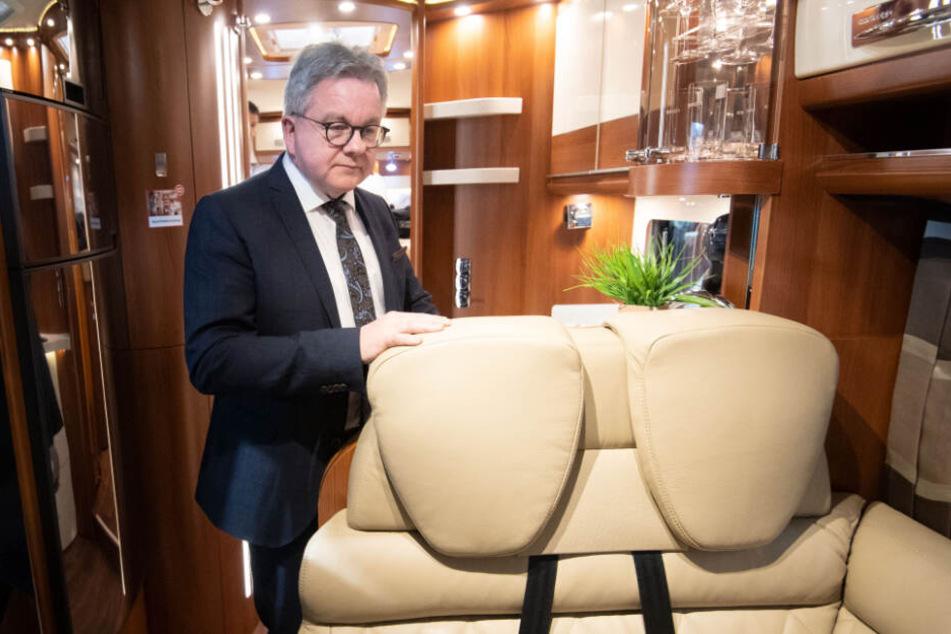Guido Wolf (CDU) steht beim Eröffnungsrundgang der CMT in einem Reisemobil.