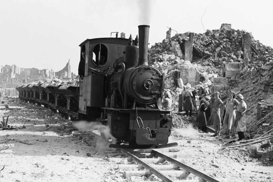 Feldbahnen brachten die Trümmer der Stadt aus dem Zentrum heraus.