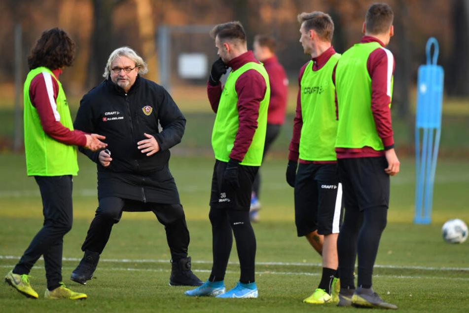 Interims-Coach Heiko Scholz sucht während der Trainingseinheit das Gespräch mit einigen Dynamo-Akteuren.