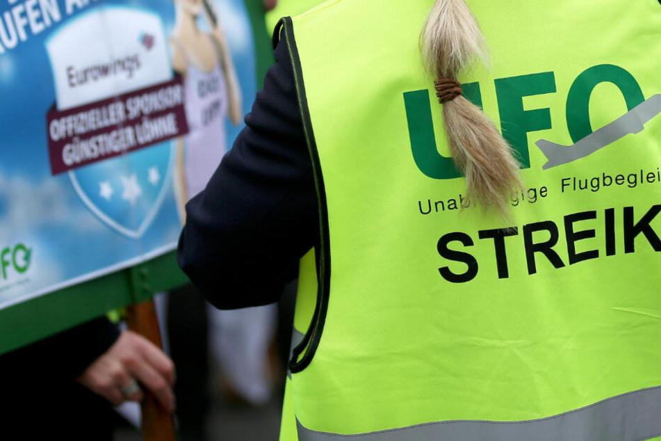 Flugbegleiter wollen unbefristet streiken! Drohen Chaos-Tage bei der Lufthansa?
