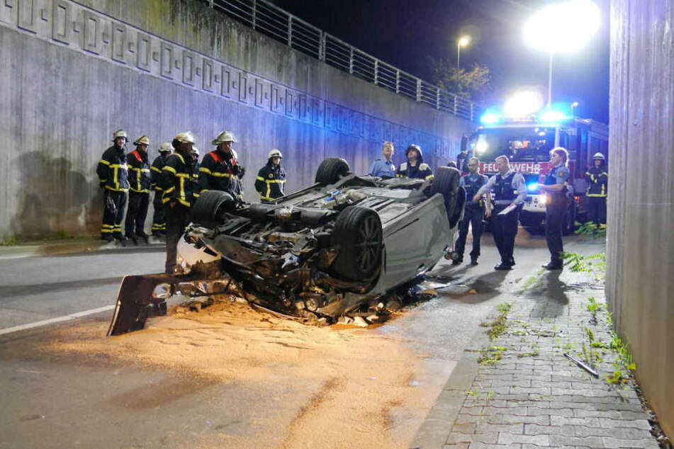 Auto kracht gegen Geländer und stürzt in die Tiefe