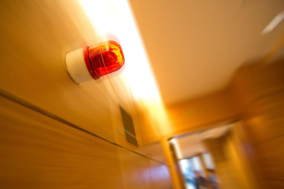Als ein Mitarbeiter einen falschen Knopf drückte, löste er damit den Großeinsatz von Polizei und Feuerwehr aus (Symbolbild).