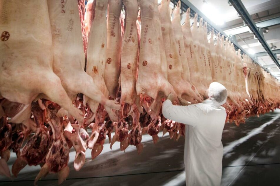 Die angeklagten Mitarbeiter sollen Gewichtsangaben von Fleisch manipuliert haben.