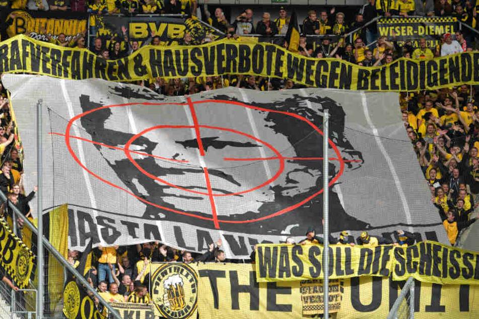 Dortmunder Fans halten zu Spielbeginn ein Transparent mit dem Konterfei von Hoffenheims Mäzen Dietmar Hopp unter einem Fadenkreuz in die Höhe.