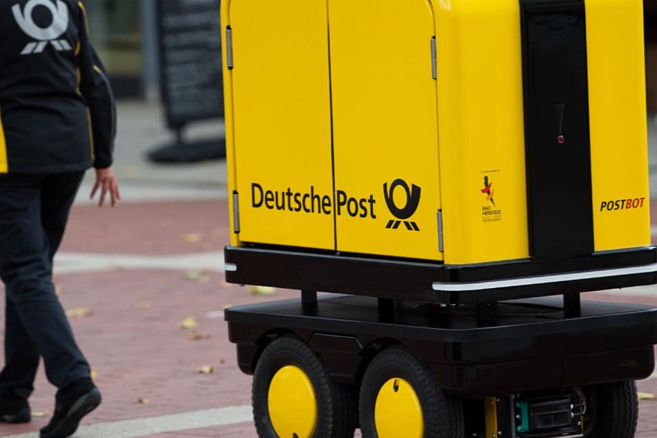 Der Postbot trägt schwere Lasten und folgt dem Zusteller auf Schritt und Tritt.