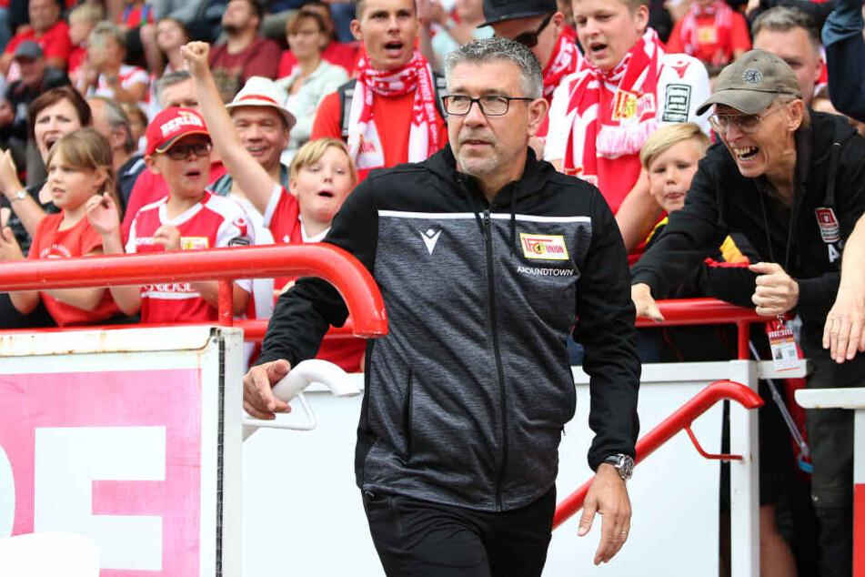 Voller Euphorie in die Bundesliga: Trainer Urs Fischer wird vom eisernen Anhang gefeiert.