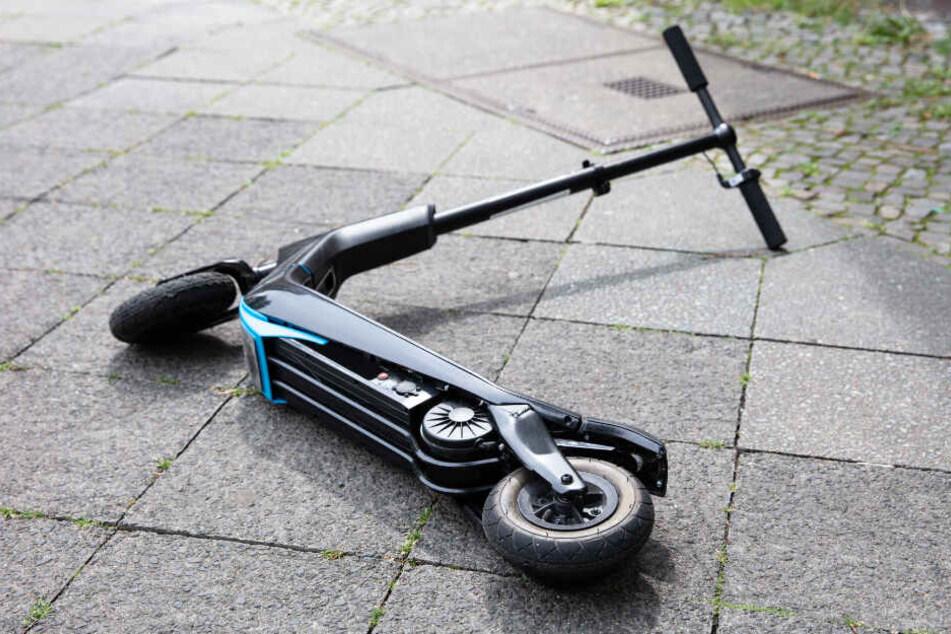 Ein E-Scooter liegt nach einem Unfall auf dem Boden.
