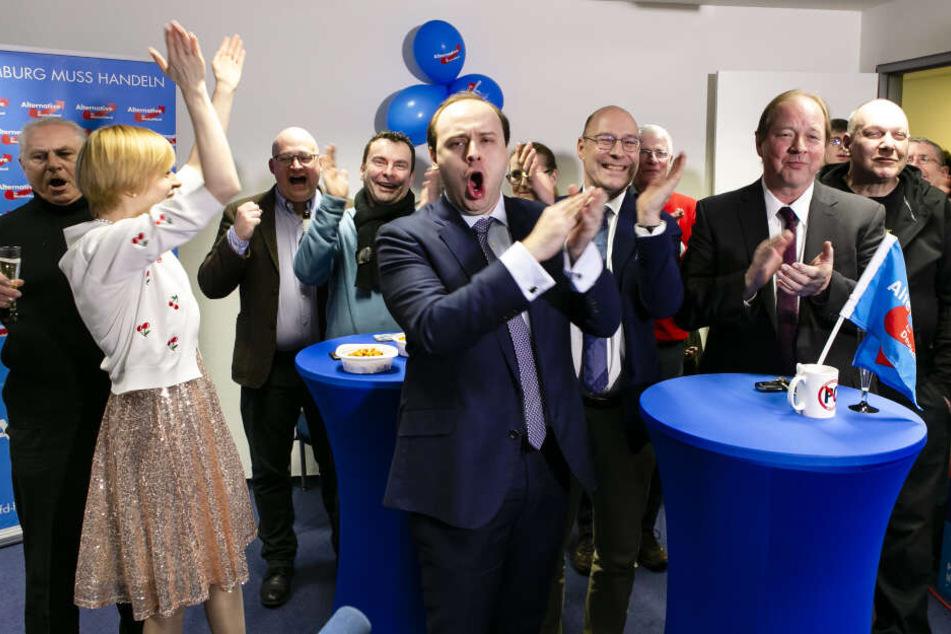 Olga Petersen, Landesvorstand Beisitzerin, Krzysztof Walczak (l-r), Alexander Scholz und AfD-Spitzenkandidat Dirk Nockemann bei der Hamburger Wahlparty.