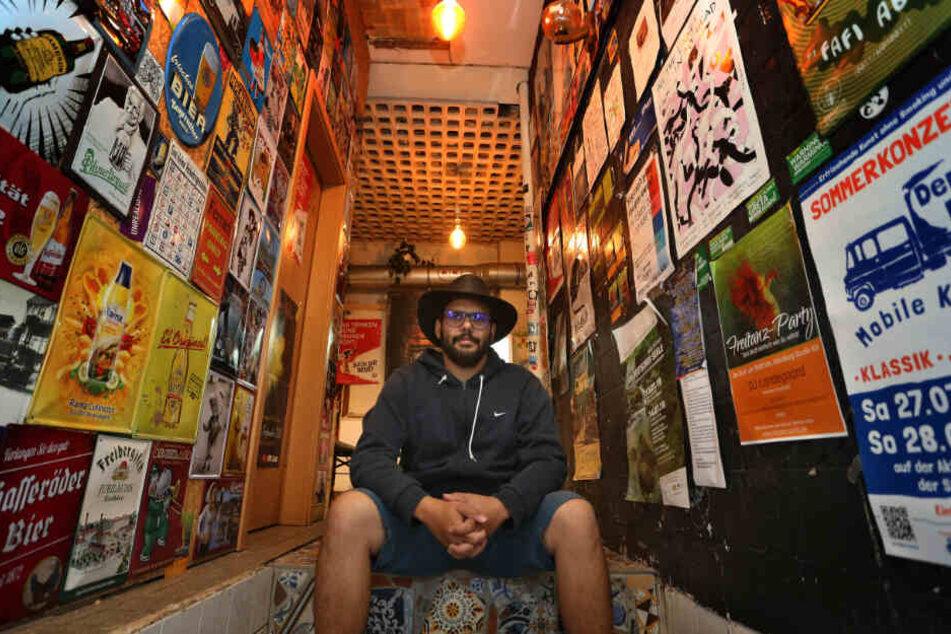 Anis Ben Hamouda, Geschäftsführer des Kiosks sitzt im Eingangsbereich seines Spätis.