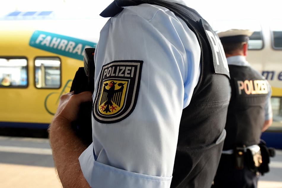 Die Bundespolizisten überprüften die Personalien des Mannes und stießen auf zwei Suchmeldungen aus Brandenburg und Nordrhein-Westfalen (Symbolbild).