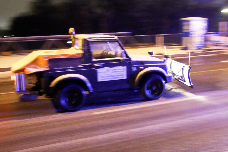 Viele Streufahrzeuge waren wegen des Schnees auf den Straßen in Hamburg in der Nacht zu Freitag im Einsatz.