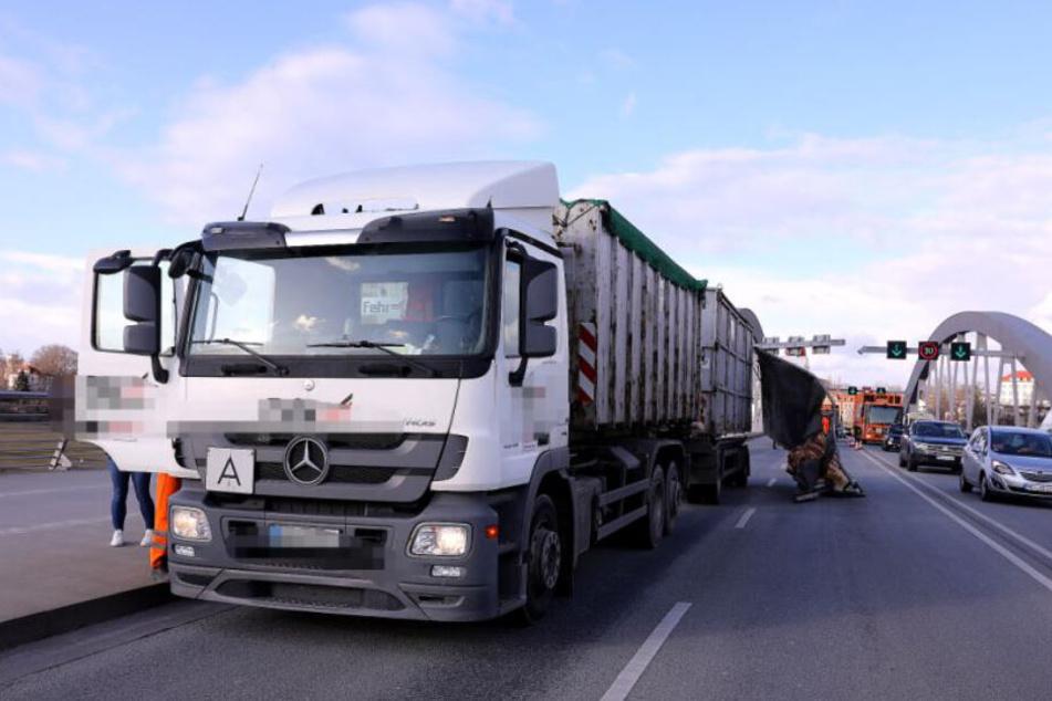 Der Laster blockiert die beiden Fahrbahnen in Richtung Uniklinik. Neben ihm das Wrack des Container-Deckels.