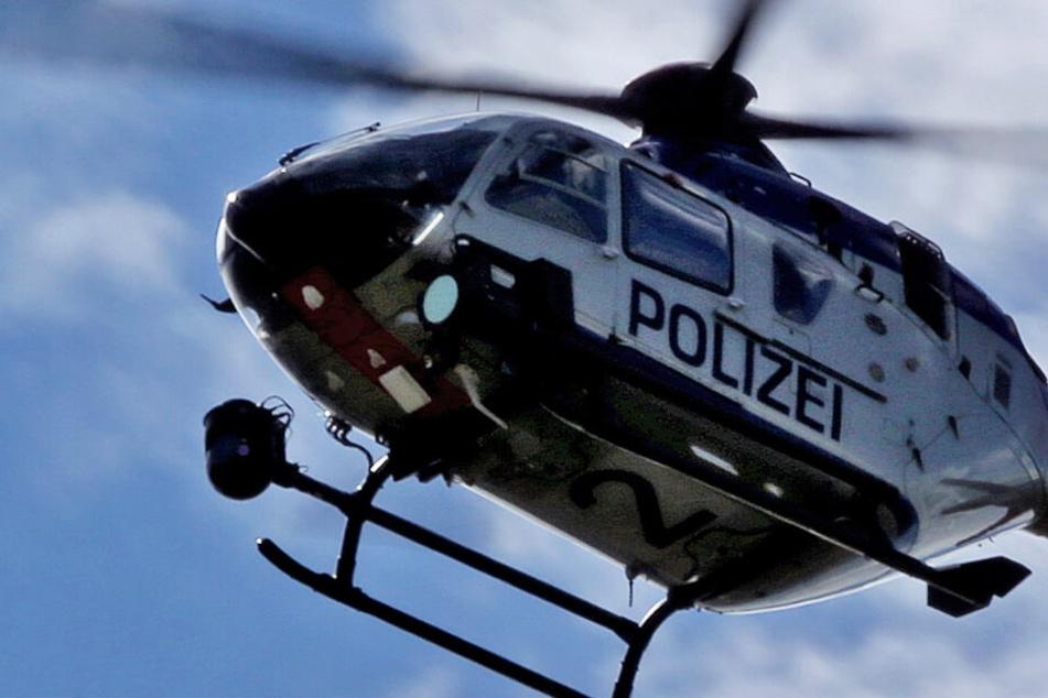 Auch ein Hubschrauber der Polizei kommt bei der Durchsuchung des Geländes zum Einsatz (Symbolbild).