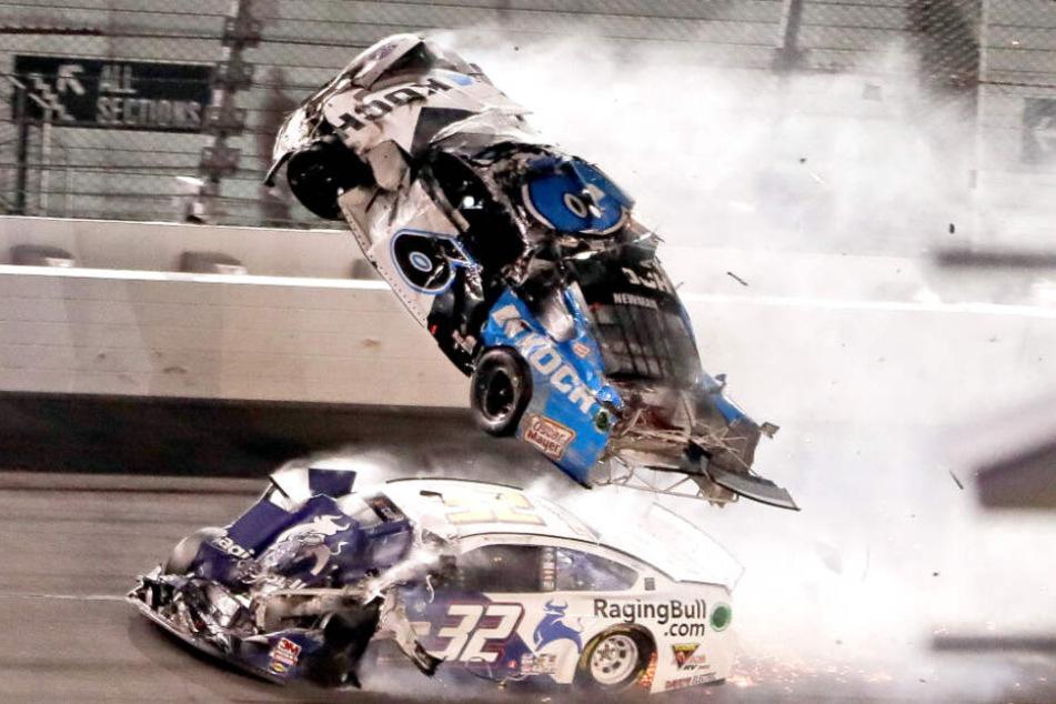 Das Auto des 42-jährigen Ryan Newman überschlägt sich beim Daytona 500 NASCAR Rennen mehrfach und wird über die Fahrbahn geschleudert.