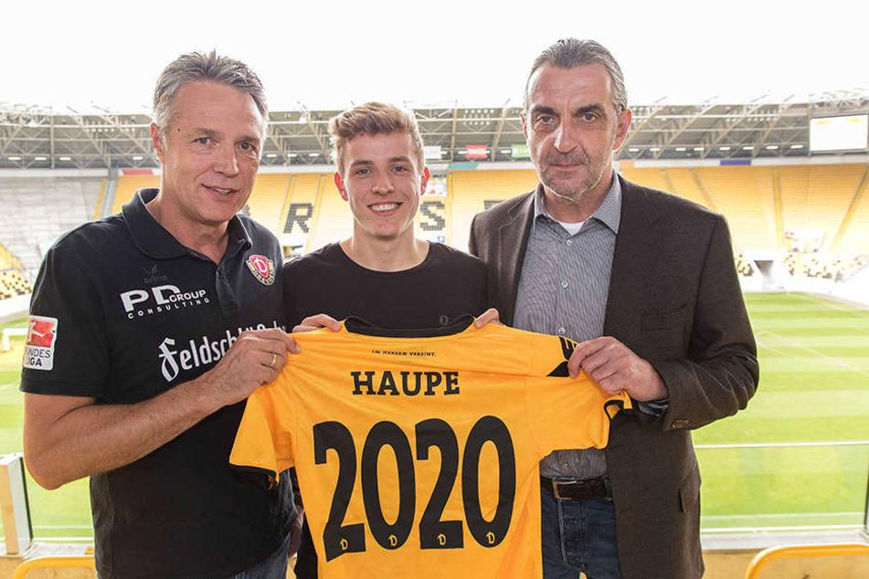 Im vergangenen Oktober präsentierten Uwe Neuhaus (l.) und Ralf Minge (r.)  stolz die Vertragsverlängerung mit Niklas Hauptmann bis 2020.
