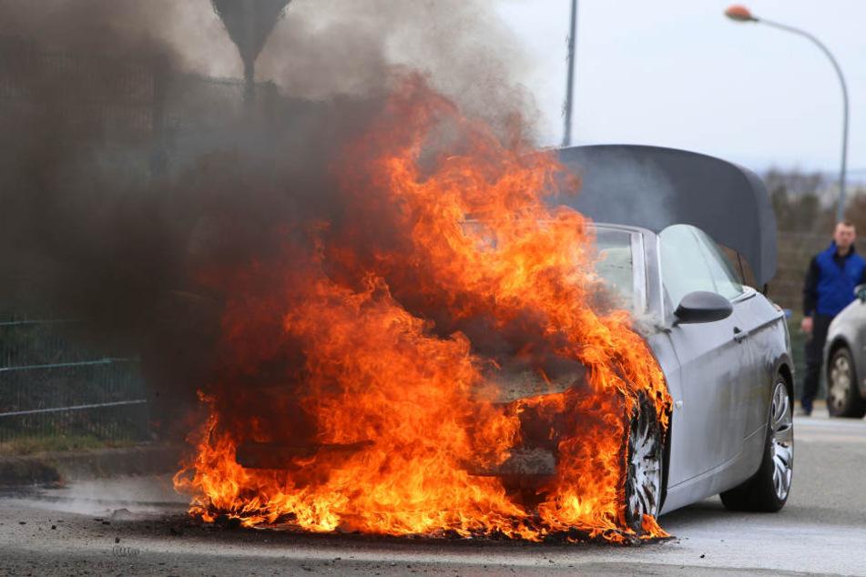 Der BMW fing während der Fahrt Feuer.