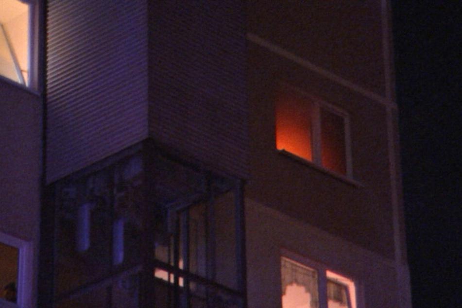 Von außerhalb waren die Flammen in der Plattenbau-Wohnung deutlich zu sehen.