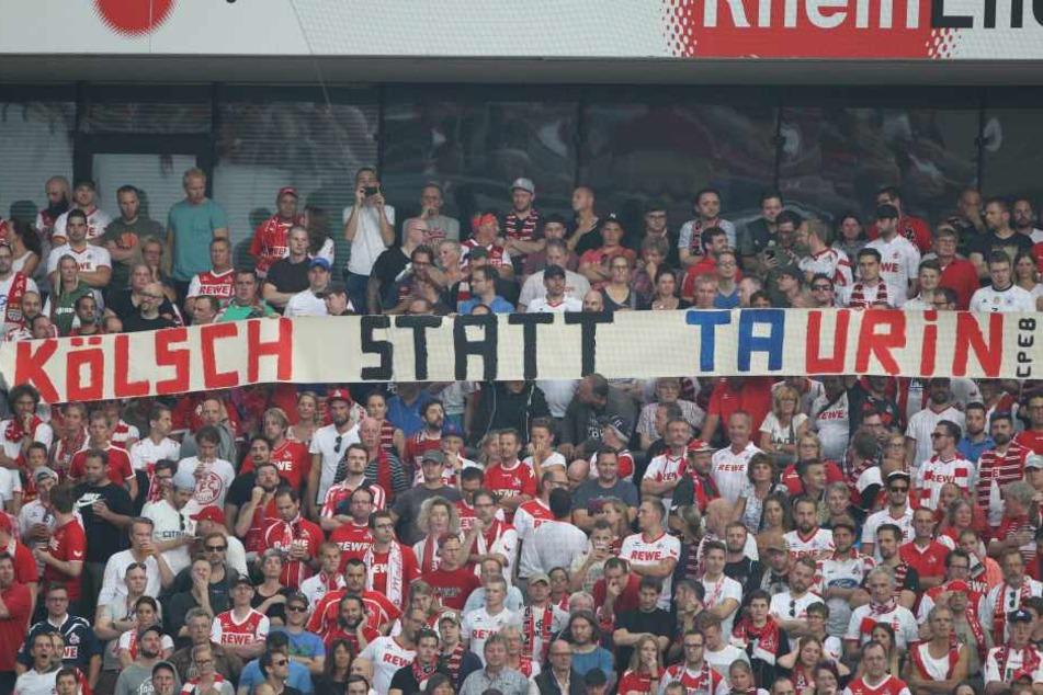 Schon beim Hinspiel in Köln äußerten viele Fangruppen mit Transparenten ihren Unmut über RB.