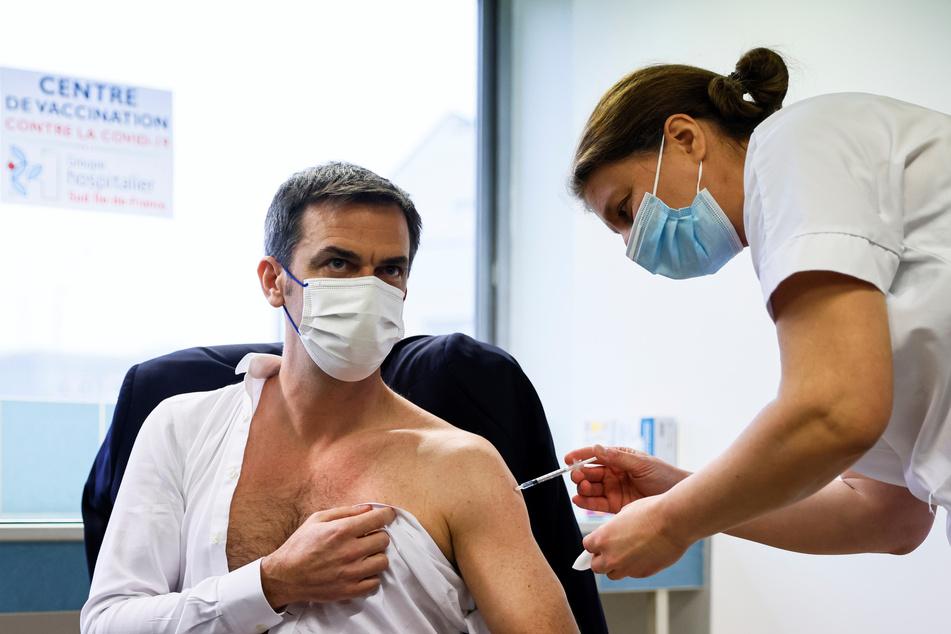 Olivier Veran, Gesundheitsminister von Frankreich, erhält eine Dosis des AstraZeneca-Impfstoff in einem Krankenhaus.