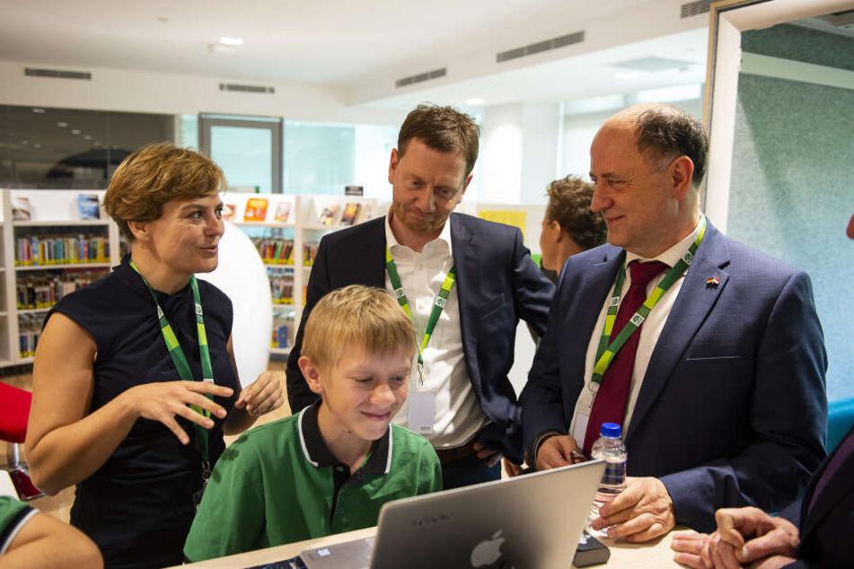 Pädagogin Nancy Hollmann (34) mit Sachsens Ministerpräsident Michael Kretschmer (43, CDU, M.) an der Deutsch Europäischen Schule Singapur.