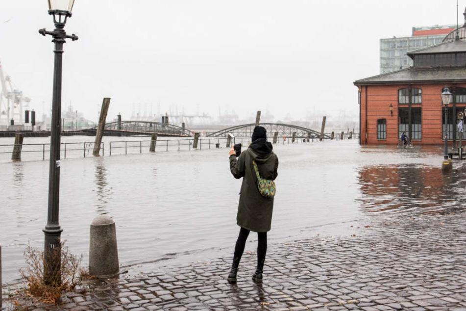 Sturmflut im Norden: Pegel steigen, Fischmarkt unter Wasser