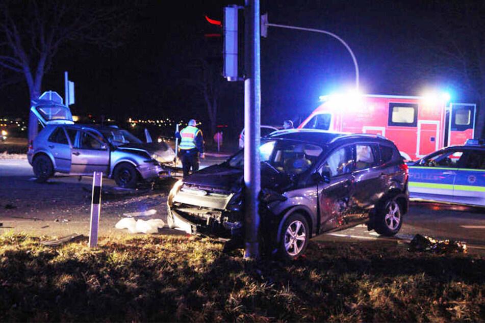 Drei Personen wurden bei dem heftigen Zusammenprall schwer verletzt.