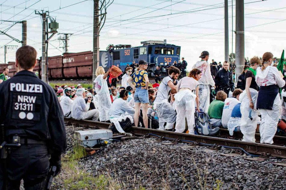 Aktivisten blockierten am Freitagabend die Gleise zum Kraftwerk Neurath in Grevenbroich.