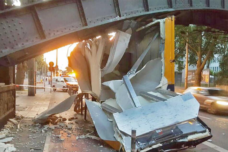 Der Transporter blieb hängen und wurde komplett zerstört.
