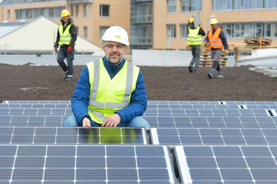 Steffen Lohmann (43) auf der Baustelle Straßenbahnhof Dresden-Trachenberge. Als Bauleiter überwacht er auch die Montage der Solarmodule zur Stromerzeugung auf dem Dach.