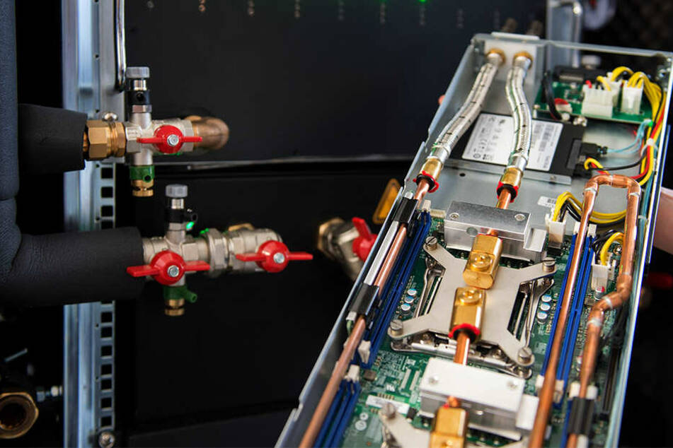 Das Innenleben einer Server-Heizung: Die dünnen Wasserleitungen führen entlang der sich aufheizenden Prozessoren.
